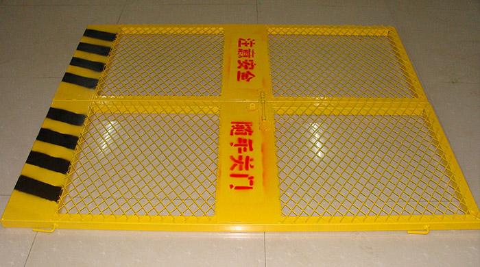 1Construction site lift door