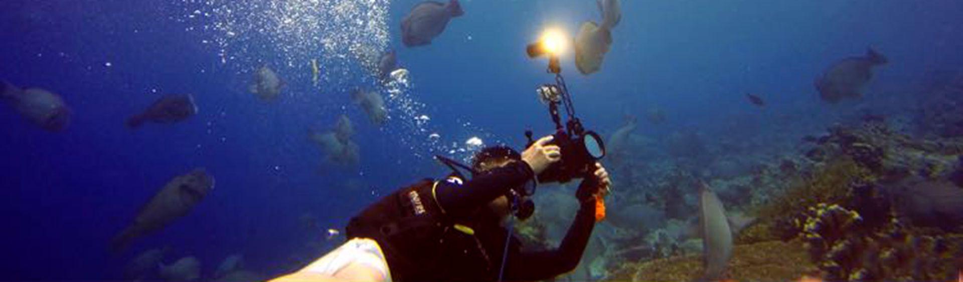 underwater test of lEOBEN DIVE VIDEO TORCHES_副本.jpg